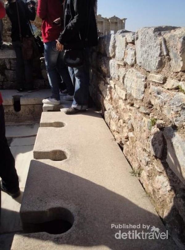 Toilet umum Romawi/Yunani Kuno