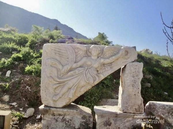 Dewi Nike atau Dewi Kemenangan menurut Mitologi Yunani Kuno. Bentuk sayap patung ini konon  menjadi inspirasi logo perusahaan sepatu Nike.