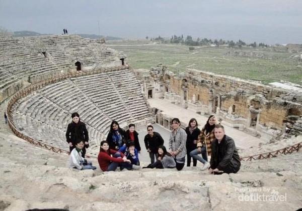 Berfoto bersama teman-teman Exchange Participant dari berbagai belahan dunia di Amfiteater Efesus