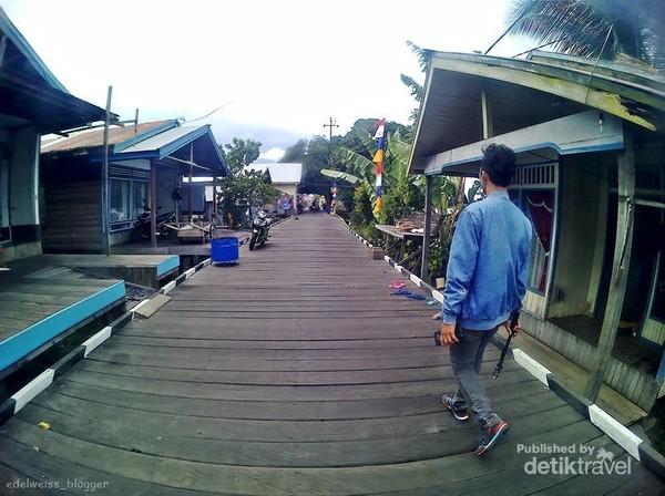 Jalan-jalan di jalanan Kayu Ulin Terpanjang di Desa Pela.