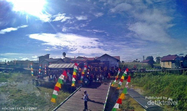 Landmark Desa Wisata Pela di Danau Semayang
