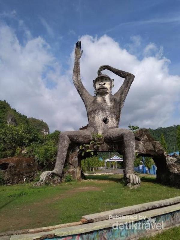 Patung Macaca Maura (Monyet putih khas Sulawesi Selatan)