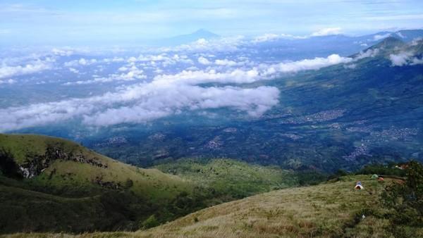 Salah satu area untuk mendirikan tenda di jalur pendakian Gunung Sumbing