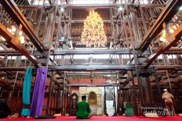 Rancangan bagian dalam Masjid Agung Sang Cipta Rasa