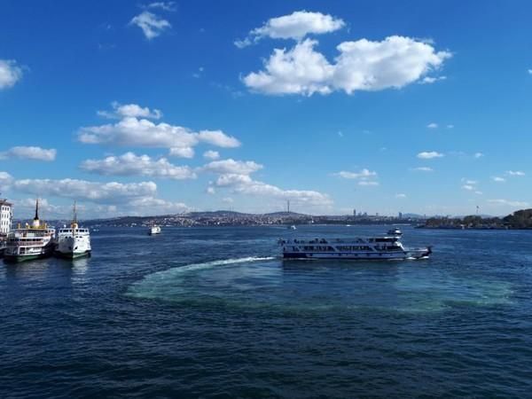 Pemandangan indah hamparan biru dari Galata Bridge