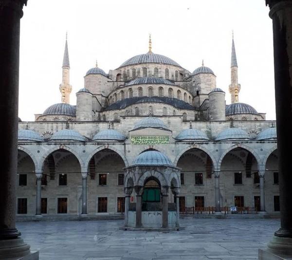 Blue Mosque, bangunan masjid yang memiliki dominan interior berwarna biru