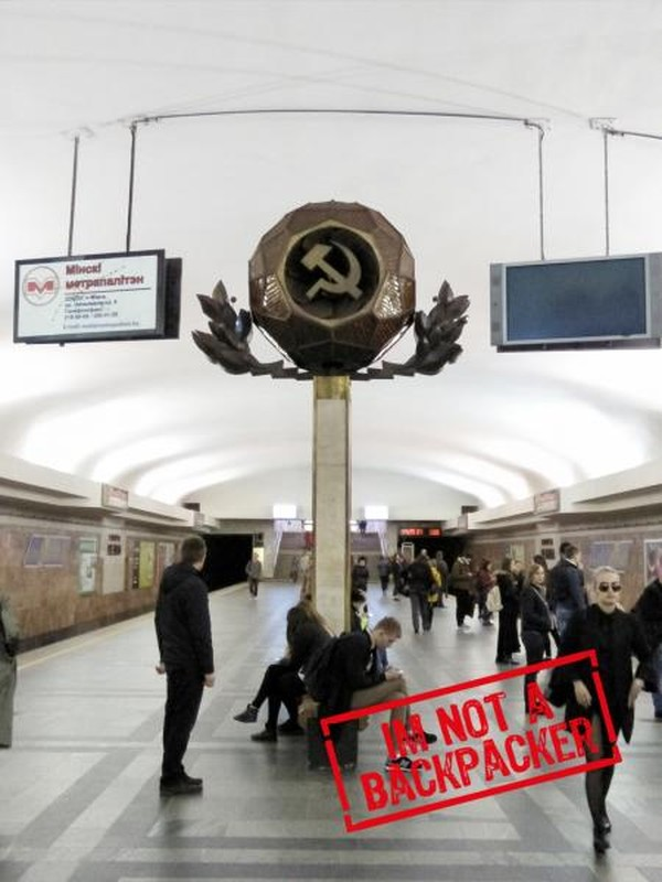 Lambang komunis yang masih terpancang di Stasiun Sentral