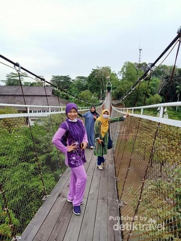 Jembatan gantung Taman Bukit Mesra di tengah Kota Samarinda