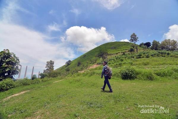 Bentang alam yang berupa rerumputan hijau mirip di Indonesia Timur.