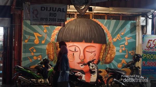 Mural ini berada di kawasan pertokoan Jalan Gatot Subroto