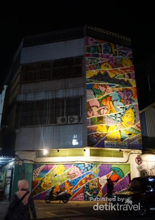 Gambar mural terdapat di pintu toko hingga dinding gedung bertingkat.