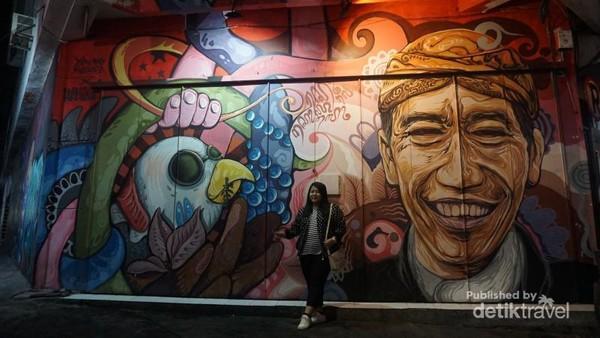 Mural Joko Widodo yang banyak dicari pengunjung untuk berfoto.