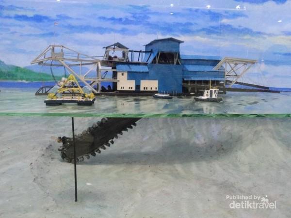 Cara kerja kapal keruk dalam proses penambangan timah laut.