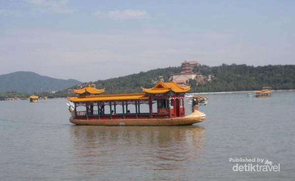 Perahu yang melintasi danau untuk mengantarkan wisatawan melihat pemandangan sekeliling dari danau.