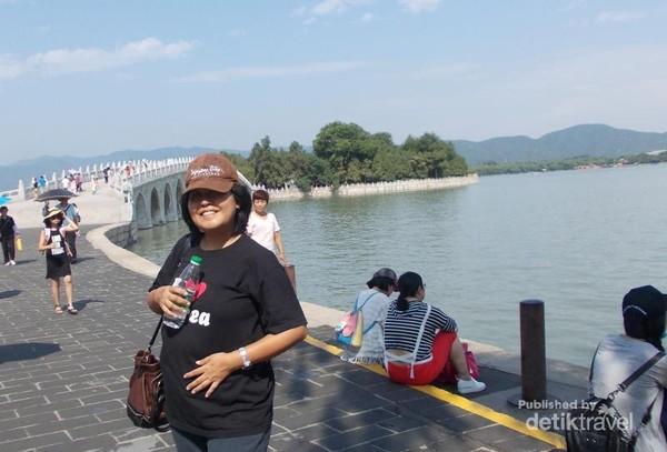 Berfoto di tengah jembatan Summer Palace