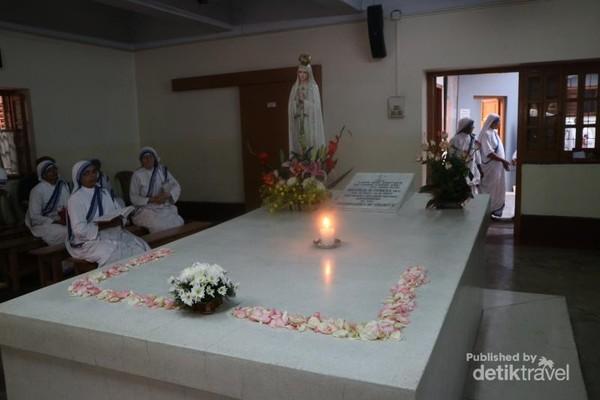 Di makam inilah para turis yang menjadikan destinasi ke Mother House sebagai wisata rohani untuk berdoa. Para turis yang datang kesini sering merasakan aura positif dalam bentuk ketenangan dan kedamaian.