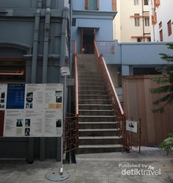 Dengan menaiki tangga ke lantai dua bangunan Mother House, kami dapat melihat sebuah kamar yang digunakan oleh Bunda Teresa untuk tidur dan bekerja sejak tahun 1953 hingga 1997.