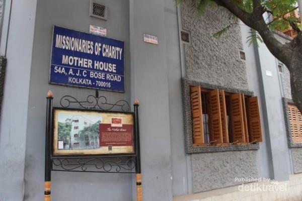 Mother House berlokasi di 54A, A.J.C Bose Road, Kolkata. Dtravelers tidak akan kesulitan untuk menemukan bangunan ini karena letaknya yang di pinggir jalan besar.