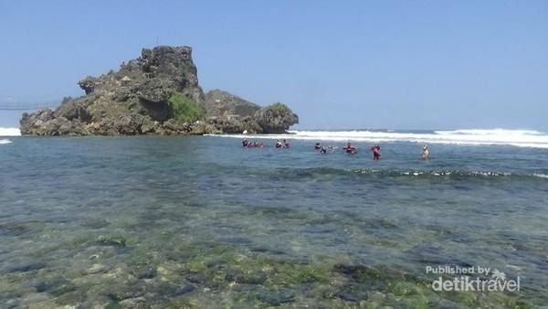 Pantai Nglambor yang asyik buat basah-basahan