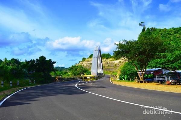Jalan menuju ke Pantai Bekung