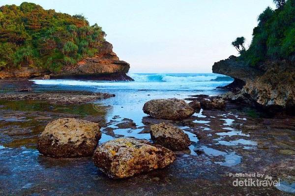 Jangan tumbuh terlalu cepat, jangan sampai kamu lupa betapa cintanya kamu dengan pantai.