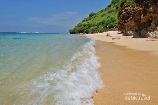 Debur ombak halus di pantai tercantik di Bali
