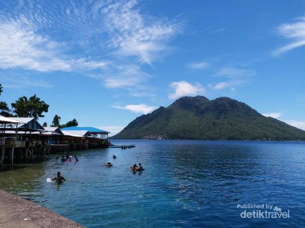 Berenang dan snorkling jadi pilihan aktivitas warga dan wisatawan