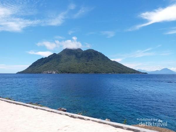 Pulau Hiri terlihat jelas dari Pantai Jikomalamo