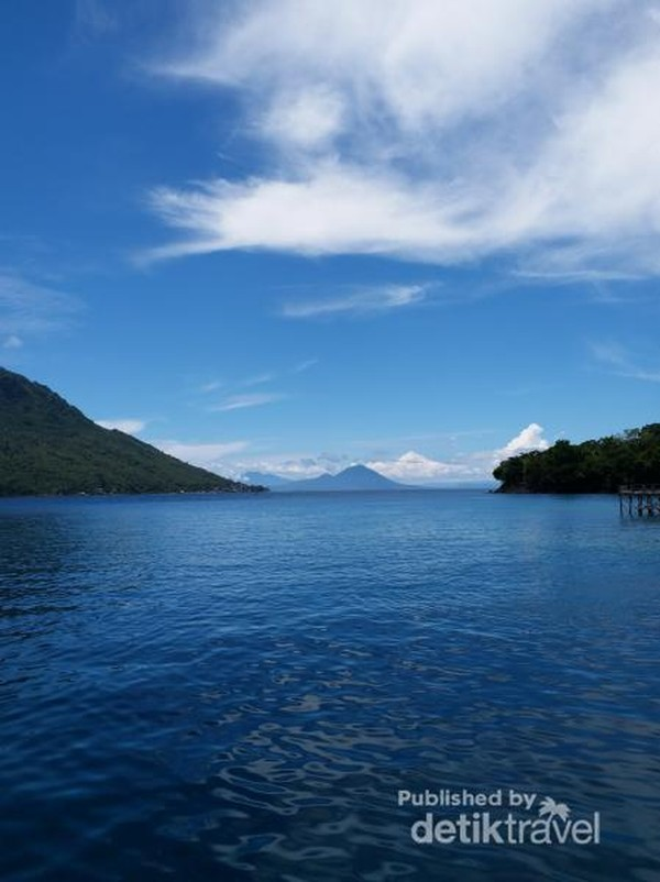 Laut yang biru dan alam bawah laut yang indah menjadi daya tarik pantai ini
