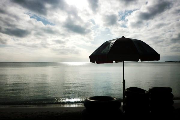 Ban untuk bermain air di Pantai Nambo
