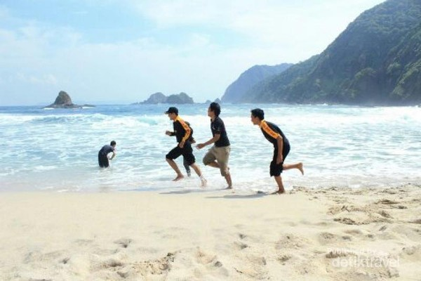 Pantai Pasir Putih Serupa Hawaii Ada Di Jember