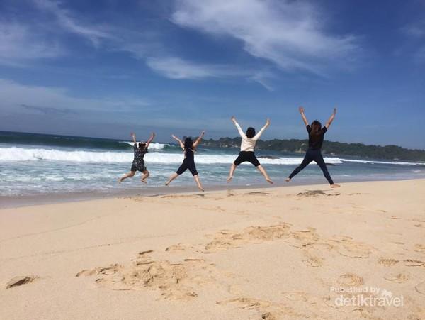 Berfoto ria di Pantai Sendiki