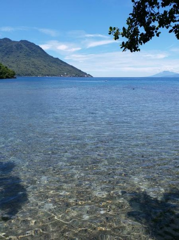 Dari pantai ini kita bisa dengan jelas melihat Pulau Hiri