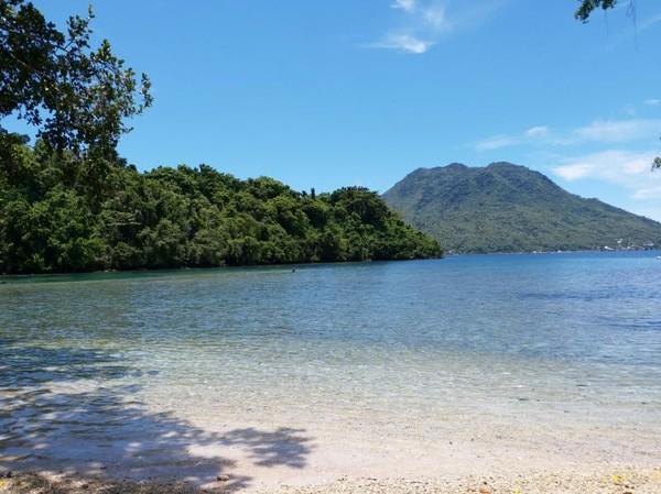 Pantai Sulamadaha memiliki air yang sangat jernih