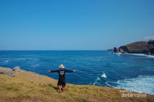 Panorama indah dari atas tebing Pantai Widodaren