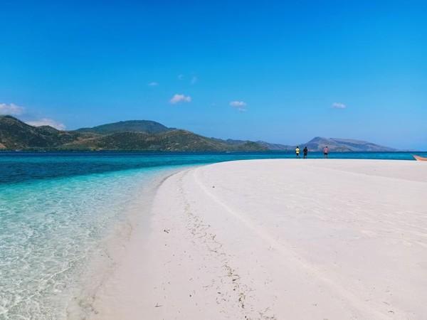Pulau Mekko berupa pasir timbul yang putih bersih dengan perairan dangkal dan tenang