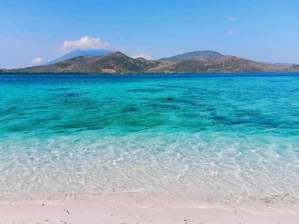 Gradasi warna pantai dan air laut di perairan pulau Mekko