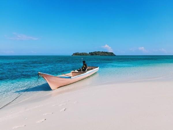 Kapal nelayan Adonara di pulau pasir timbul Mekko