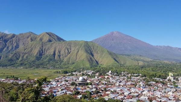 View dari atas Bukit Selong. Antara padatnya rumah warga Sembalun, persawahan yang asri, perbukitan dan Gunung Rinjani yang gagah.