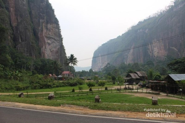 Sawah yang menghijau diapat 2 bukit batu menciptakan pemandangan yang luar biasa.