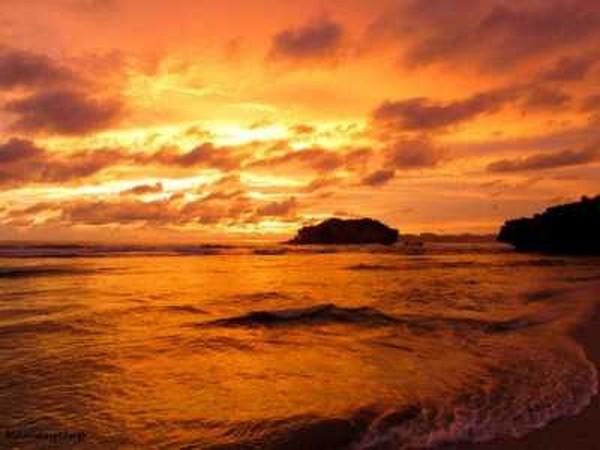 Sunset di Pantai Sundak (holidayiq.co.id)