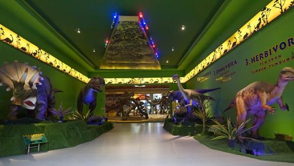 Museum Dino, patung hewan purbakala diberi keterangan berdasarkan jenis makanannya.