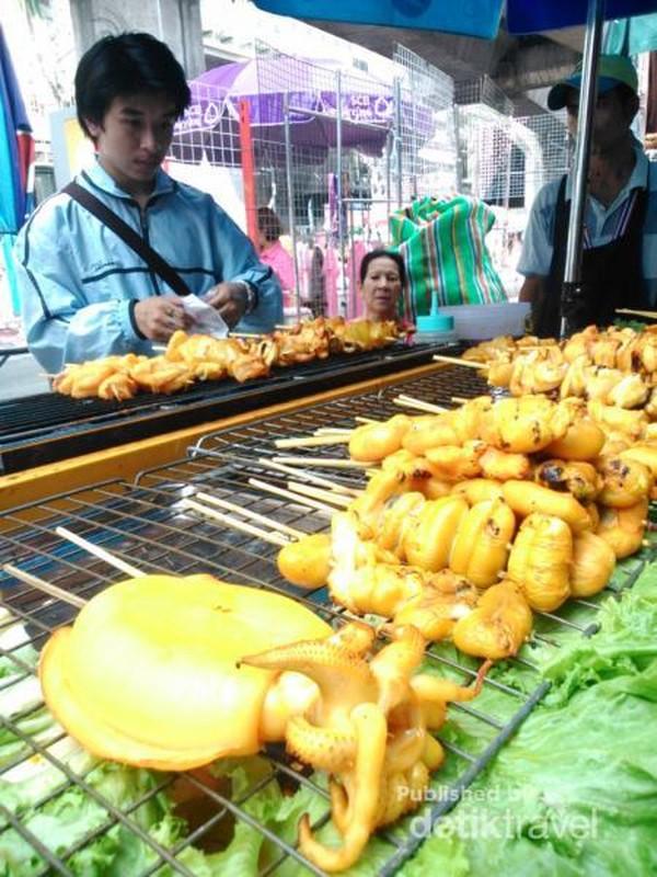 Ingin coba menu street food? Ada sate seafood ala Thailand