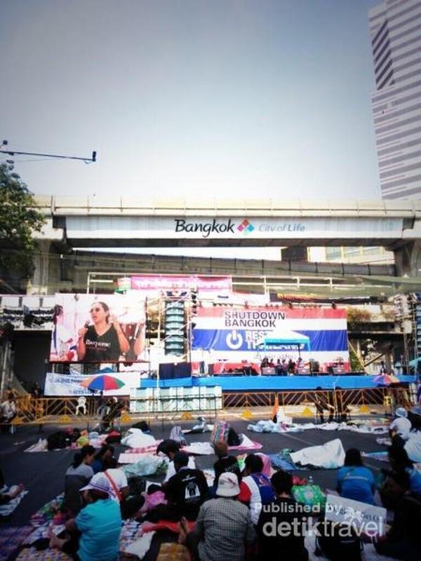 Aktivitas pendemo Bangkok Shutdown di depan area MBK