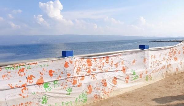 Pesan dan dukungan dari keluarga dan sukarelawan di Pelabuhan Tigaras.
