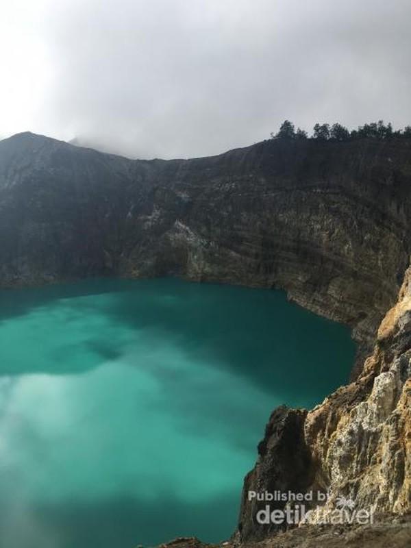 Danau Kelimutu berwarna biru di Gunung Kelimutu