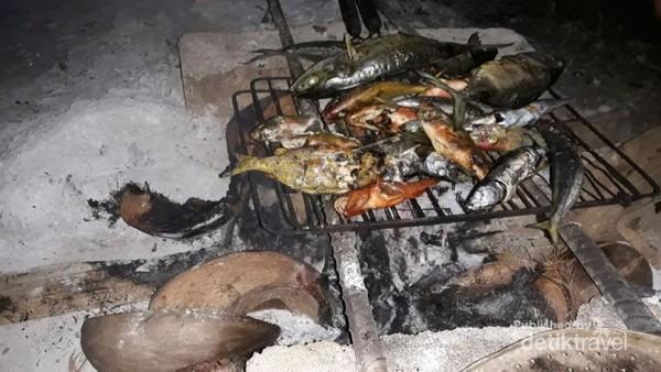 Makan ikan bakar
