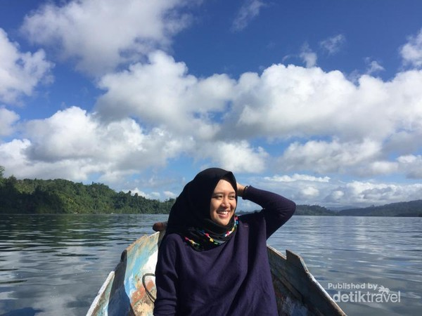 Menjelajah pulau menggunakan sampan