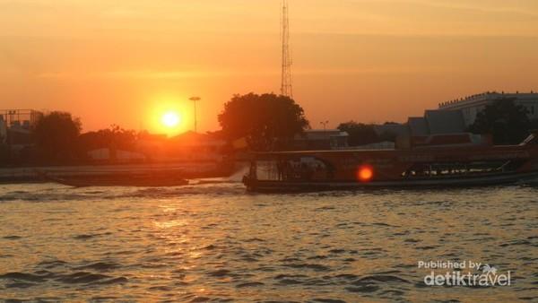 Kapal yang melintasi sungai Chao Phraya di sore hari