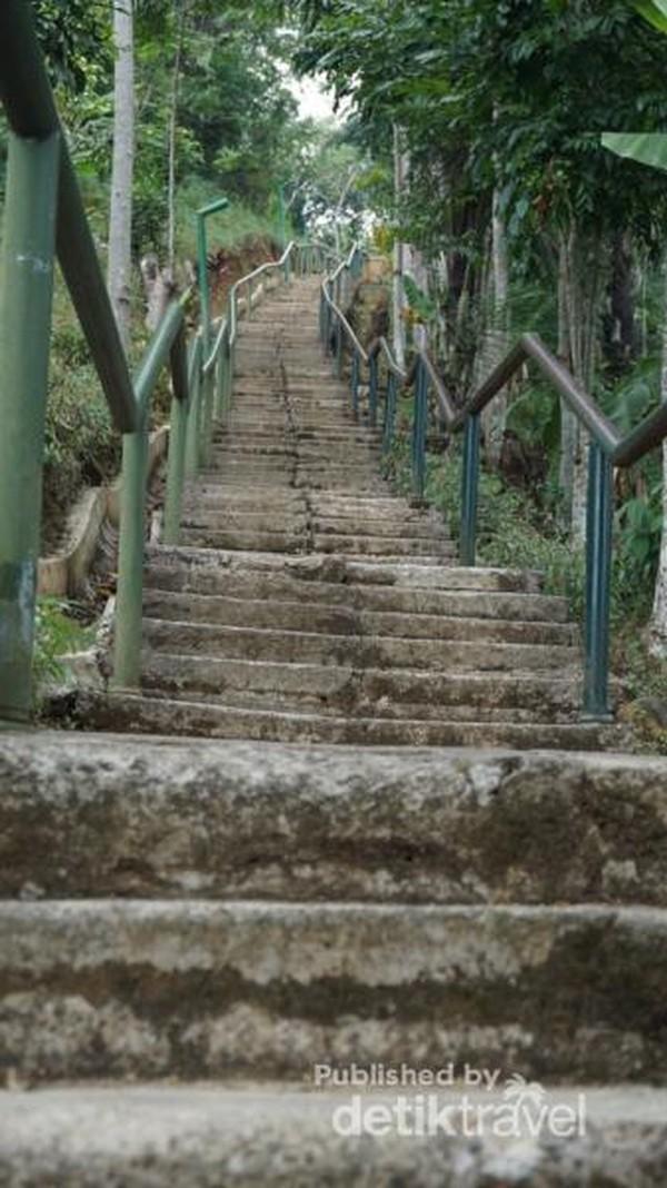 Anak tangga curam yang berjumlah sekitar 175 anak tangga dapat ditempuh dengan berjalan sekitar 15 menit sambil beristirahat.